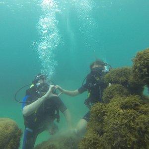 Fazendo coraçãozinho debaixo d'água.