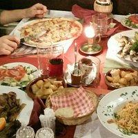 Pasta Al Salmone, pizza Carbonara (met ananas), ossehaas Rustico met champignons en Sardine Mare