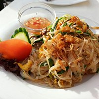 Stir fried noodles with vegetables and beef