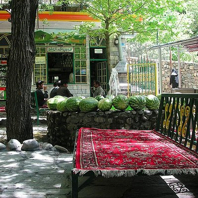 One of the many restaurants in Darakeh
