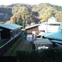 右が温泉施設、左が和室宿泊棟