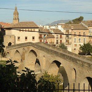 Ponte de pedra sobre o rio Arga, na forma de arcos
