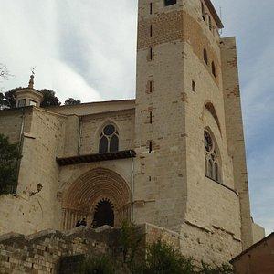 Fachada e torre da igreja de São Pedro