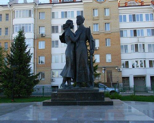Памятник летом