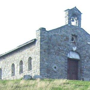 La chiesa vista dal passo