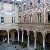 cortile di palazzo Stanga fregio fittile rinascimentale