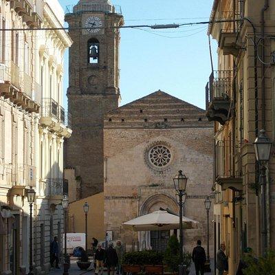 l'immagine della cattedrale vista dal fondo della strada
