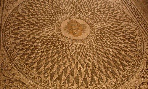 Mosaico policromo con erma bifronte di Ascoli Piceno