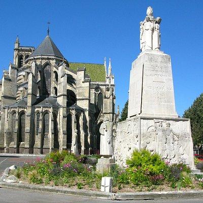 La place Fernand-Marquigny par un beau dimanche matin de juin 2013