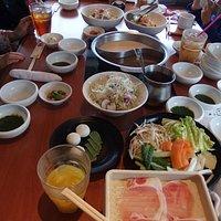 テーブル一杯に料理が並びました。