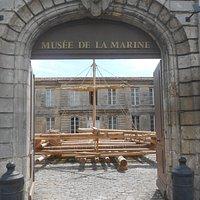 La réplique du radeau de la Méduse dans la cour du musée