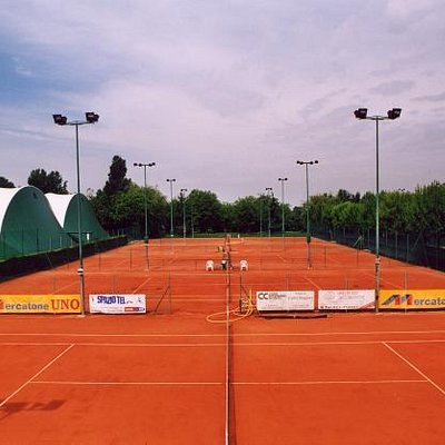 undici campi da tennis di cui sei coperti permanenti .