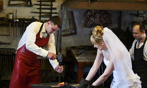 Старинная традиция-в день свадьбы молодожёны заезжают в кузницу.