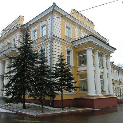 Классическое здание XIX в, а называется дворец...