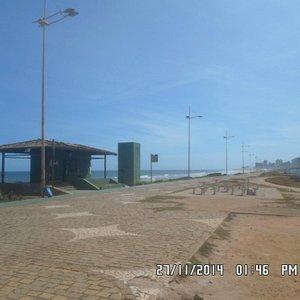 Praia da Boca do Rio com as ruínas do Aeroclube à direita.