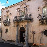 una facciata di Palazzo Zacco, Ragusa