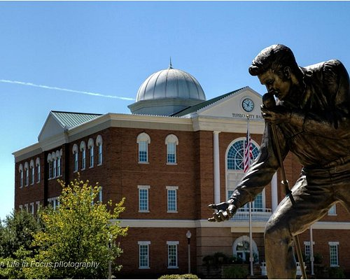elvis home coming statue and city hall tupelo