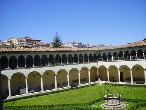 Klostergården er indgang til arkæologisk Museum i Perugia. Etruskiske urner.
