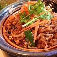 Pad thai, stegte risnudler med kylling og friske grøntsager