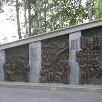 Левая часть памятника
