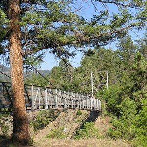 Bridge over the Yellowstone River along Hellroaring Creek Trail