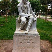 Statue du poète français François Fabié à l'entrée principale du jardin Alexandre Ier