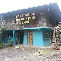 Ubicado a la iquierda de la vía a Volcán   Arte Cruz is located next to the main road to Volcan
