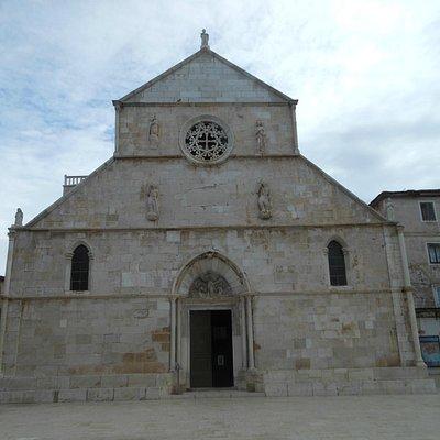 Pag, la facciata della chiesa di S.Maria con il rosone e la bella lunetta sopra il portale
