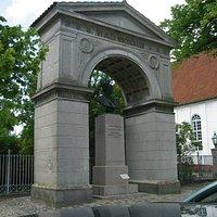 Triumfbuen med Bülows buste
