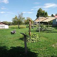 Une belle halte, tables et bancs de parc, situé à côté de l'église