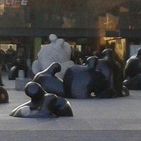 Praça de esculturas em frente a Sala de Arte CCU