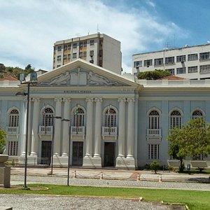 frente da sede da biblioteca