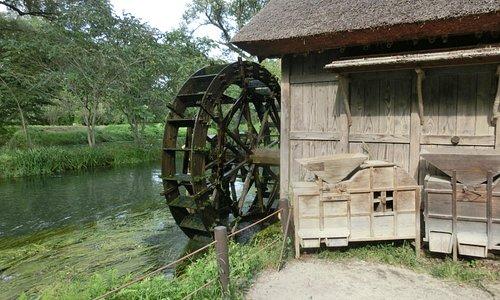 水車と小川