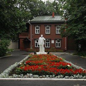 центральная алея и памятник В.И.Ленину