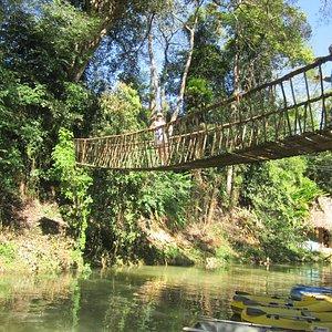 Небольшой подвесной мостик, по которому можно пройти к водопаду