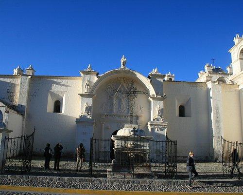 Il lato principale della chiesa