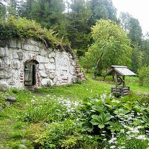Соловки - Ботанический сад - погреб и колодец воскобелильного завода