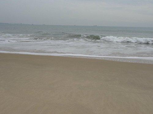 沙灘海浪波波打來
