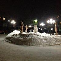 Frozen statuary outside Cafeeiro