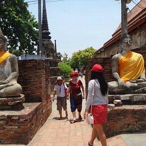 Dentro de 1 dos templos
