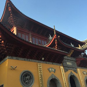 The first sight of this temple. As it is circled by walls, 5 yuan is asked to pay for the entran