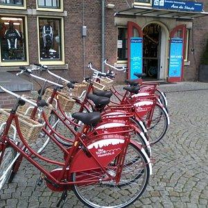 Start en aankomst van de fietstochten op het Stationsplein Maastricht