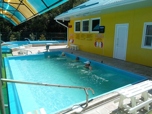маленький бассейн-где то 42 градуса.И 2-маленький холодная вода