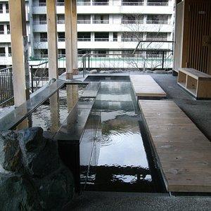 鬼怒川を眺めながら入れる足湯