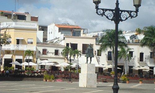 Vista geral da escultura de Nicolás de Ovando ,no centro da  Praça