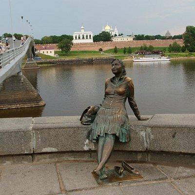 Памятник усталой девушке-туристке