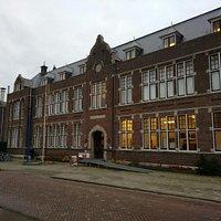 In de oude Wilhelmina school.