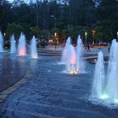 Vista da praça à noite