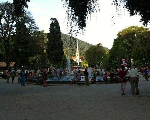Fonte da Praça da Liberdade, com a Catedral Metropolitana ao fundo