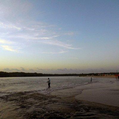 Um rio que abraça o mar e divide a Praia de Sauípe...